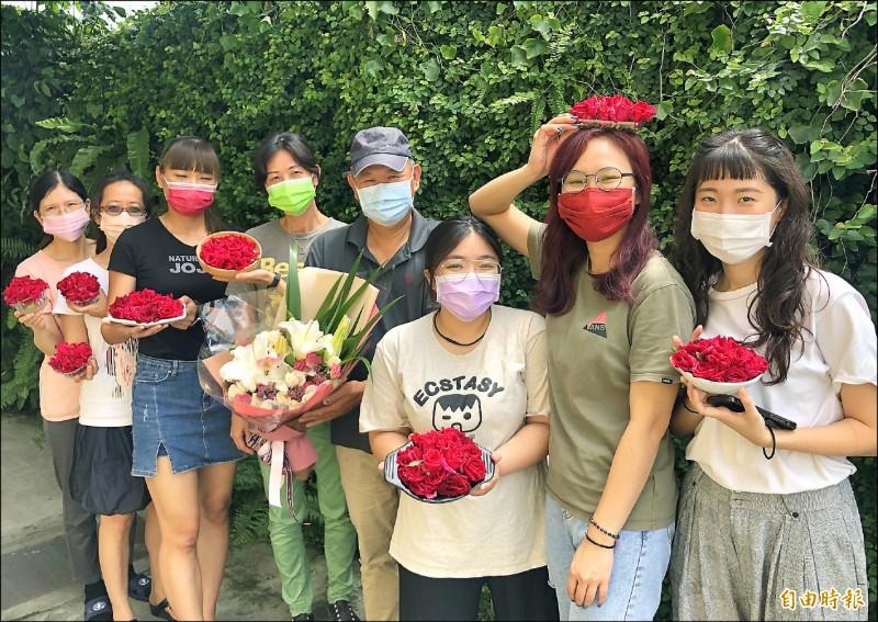 神農獎花農楊添得(右四)投入有機玫瑰種植與研發已經10多年。(記者羅欣貞攝)