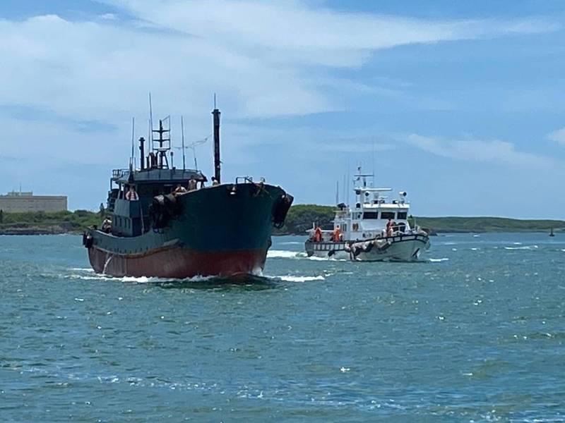 澎湖海巡隊將中國油料補給船帶案偵查,赫然發現船名與登記不同。(澎湖海巡隊提供)