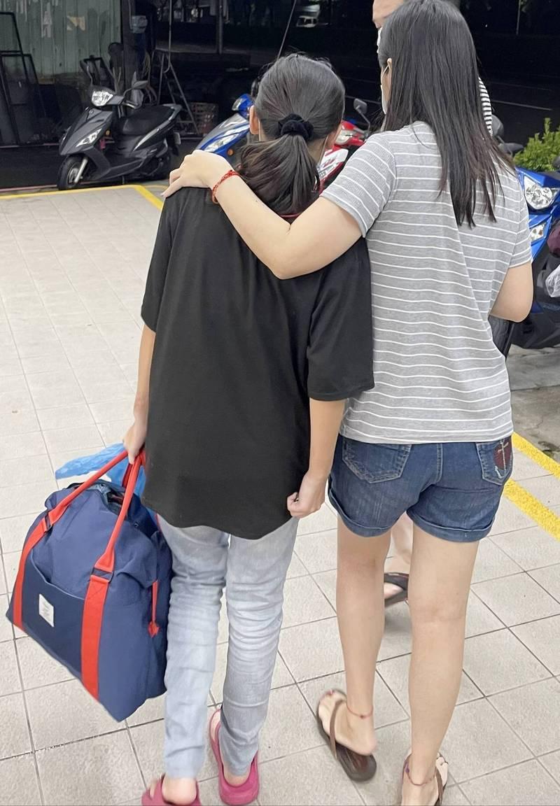 員警陳重志扮演親子溝通橋樑,開導少女近1小時,少女才答應不再翹家,與父母一同回家。(讀者提供)