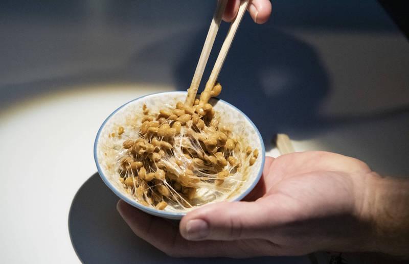 日本食品業卻有禁止員工早餐食用納豆的慣例,令不少人相當不解。對此,日本台灣交流協會也揭曉如此規定的背後真相。(路透)