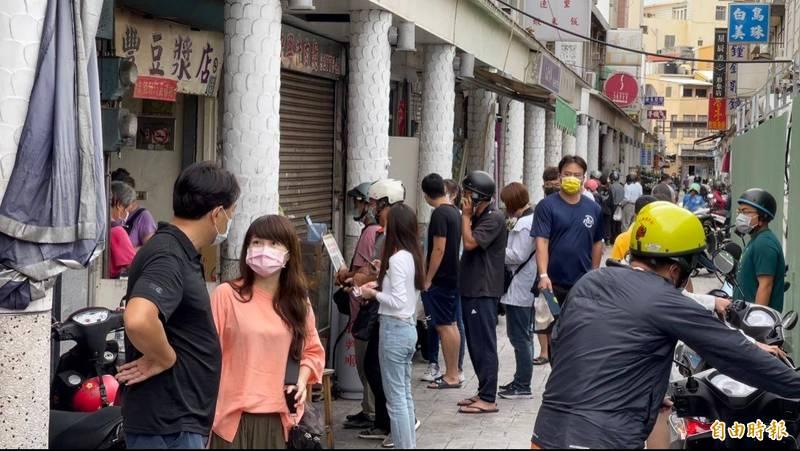 澎湖入境免篩及餐飲開放無限制內用後,馬公著名早餐街湧現人潮。(記者劉禹慶攝)