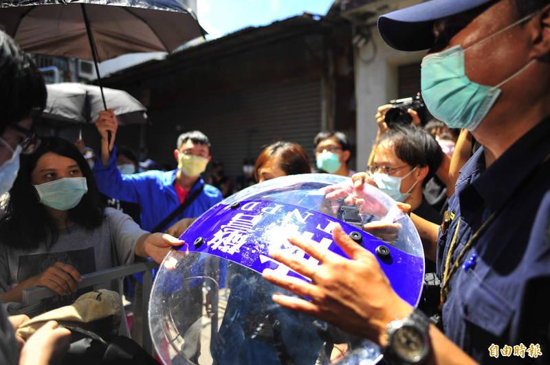 鐵路東移衍生群眾抗議,警方被搶走2面警盾,警方表示事後將追究刑事責任。(記者王捷攝)