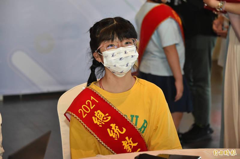 澎湖縣馬公市文光國小學生洪英珊榮獲總統教育獎,她說,得獎的不只是她一個人,還有幫助她的醫師和老師2021總統教育獎得主洪英珊。(記者塗建榮攝)