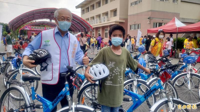 戴竹基金會捐贈雲林家扶學童50部腳踏車,家扶主委陳燦勳與受惠學童感謝基金會的關懷與愛。(記者黃淑莉攝)