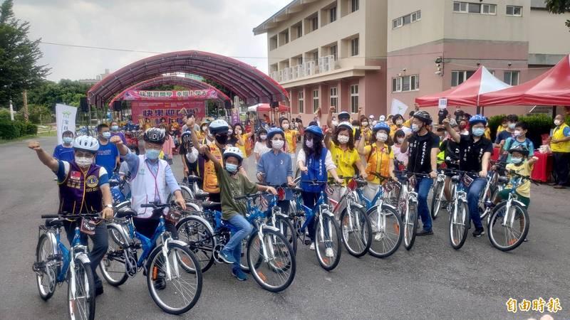 戴竹基金會捐贈雲林家扶學童50部腳踏車。(記者黃淑莉攝)