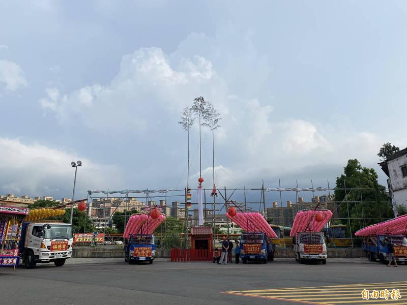 南崁五福宮今年中元活動準備的登篙比往年多高了一層樓,有15公尺高,可邀請較遠的「好兄弟」接受普度。(記者魏瑾筠攝)