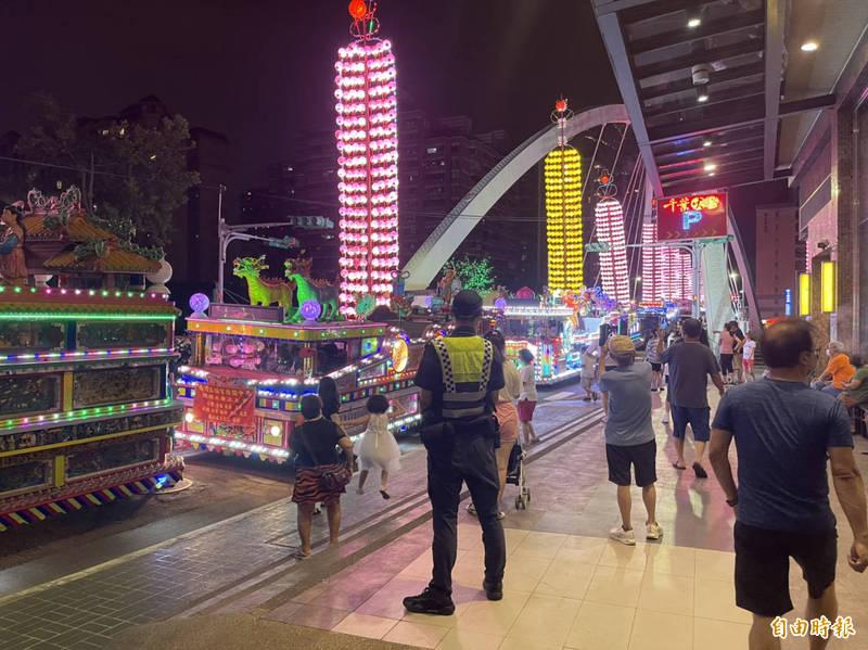 晚間人車不少,警方也派出多名協助交通管制,協助交通順暢。(記者魏瑾筠攝)