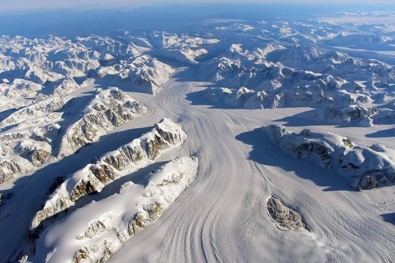 格陵蘭島上冰原本月13日至16日降下暴雨,是1950年有紀錄以來首次降雨而非降雪,最新雨量統計顯示,這3天內累積降雨量達到70億噸,造成融冰量比平時高出7倍,科學家認為這種狀況是「千年來前所未見」。(法新社檔案照)
