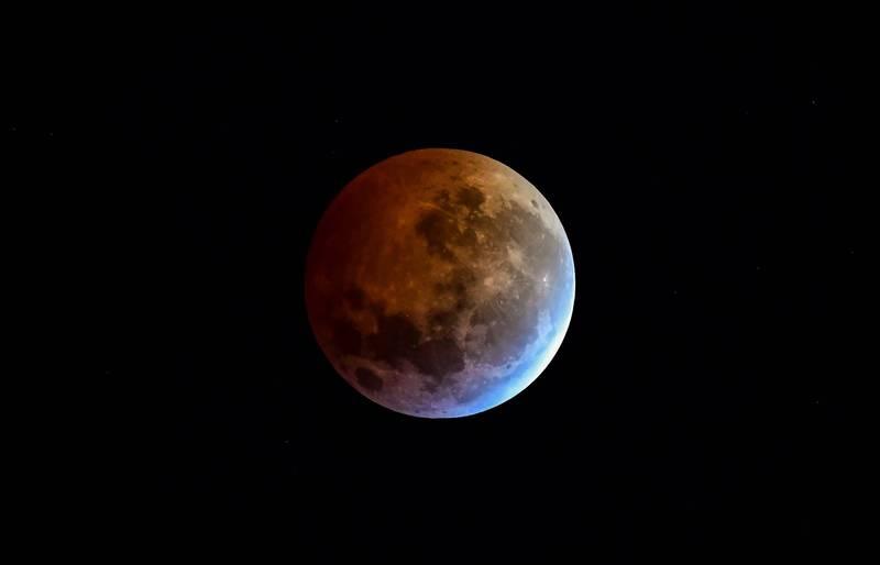 美國太空總署(NASA)指出,夜空在21日至23日連續3天將出現「藍月」,美東時間22日上午8點2分(台灣時間22日晚間8點2分)將達到最圓。(法新社檔案照)