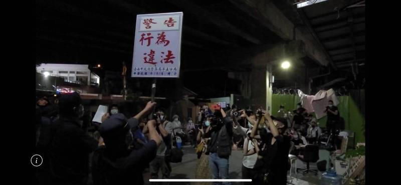 台南警方舉牌警告制止學生非法集會。(圖:民眾提供)