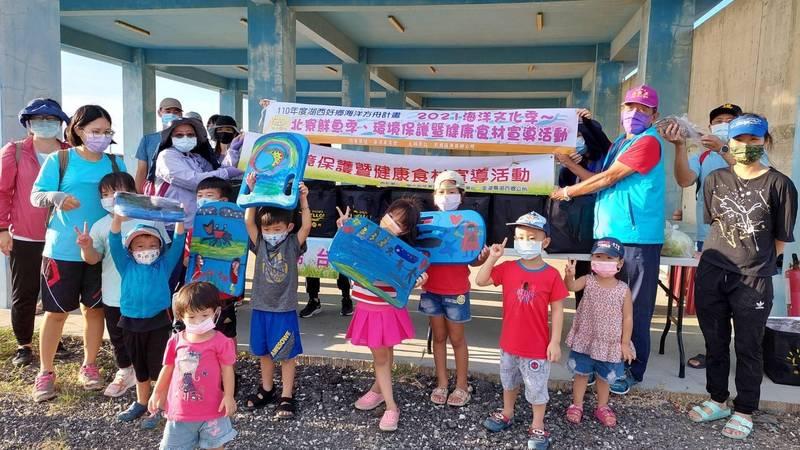 湖西鄉北寮鮮魚季,邀請親子參加海洋魚苗放流。(湖西鄉公所提供)