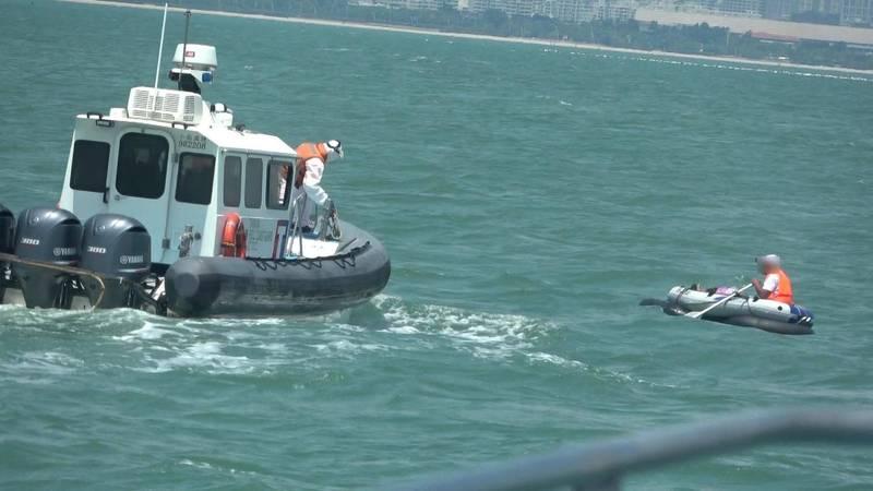 金門海巡隊在海上截獲中國男子以徒手搖槳坐橡皮艇偷渡。(金門海巡隊提供)
