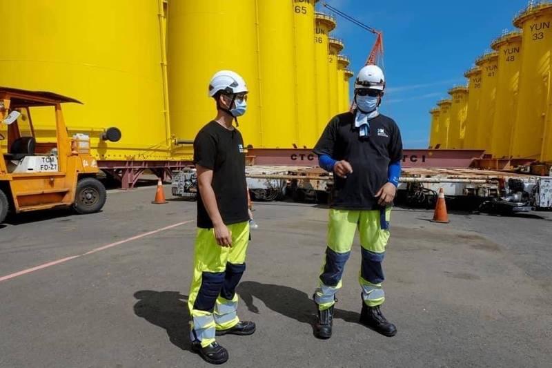 鄧隆偉(左)目前還在高雄俊鼎機械廠接受專業訓練。(達德能源提供)