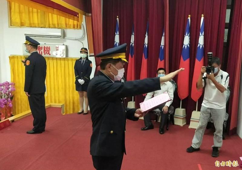 台東縣警局新任局長葉超鴻布達宣誓。(記者陳賢義攝)