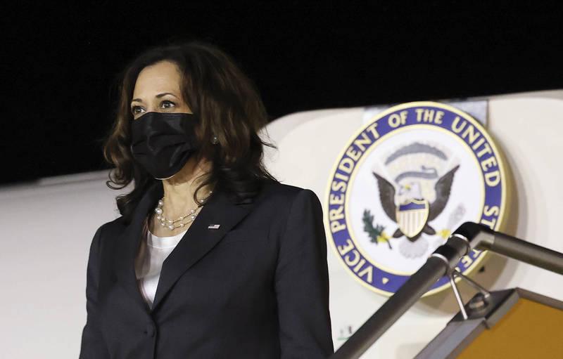 美國副總統賀錦麗(見圖)原定24日下午從新加坡飛往越南,但由於河內的大使館發生「異常健康事件」,班機延遲3小時才出發。(美聯社)