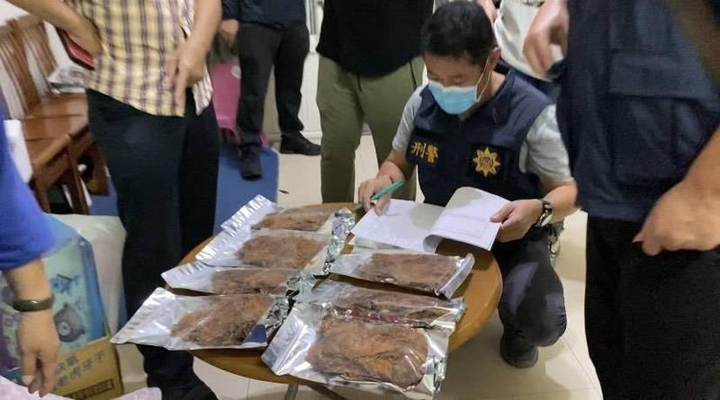 警方昨前往可能流向地點搜索查扣證物。(記者姚岳宏翻攝)
