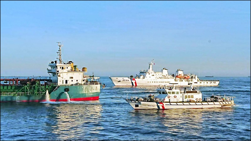 海巡署指出,澎湖台灣灘及馬祖抽砂熱區,均已納入常態艦艇部署,並加強空中偵巡能量,嚇阻中國抽砂船違法越界抽砂。(資料照,澎湖海巡隊提供)