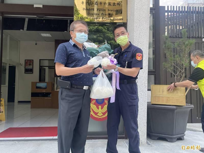 雲縣議員李建昇(左)送肉包感謝斗六派出所員警破獲越南走私肉品案。(記者林國賢攝)