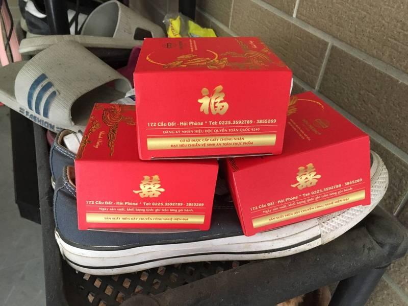 台南近日查獲越南走私含肉品的3個中秋月餅,檢驗證實含非洲豬瘟病毒陽性。(圖:南市警方提供)