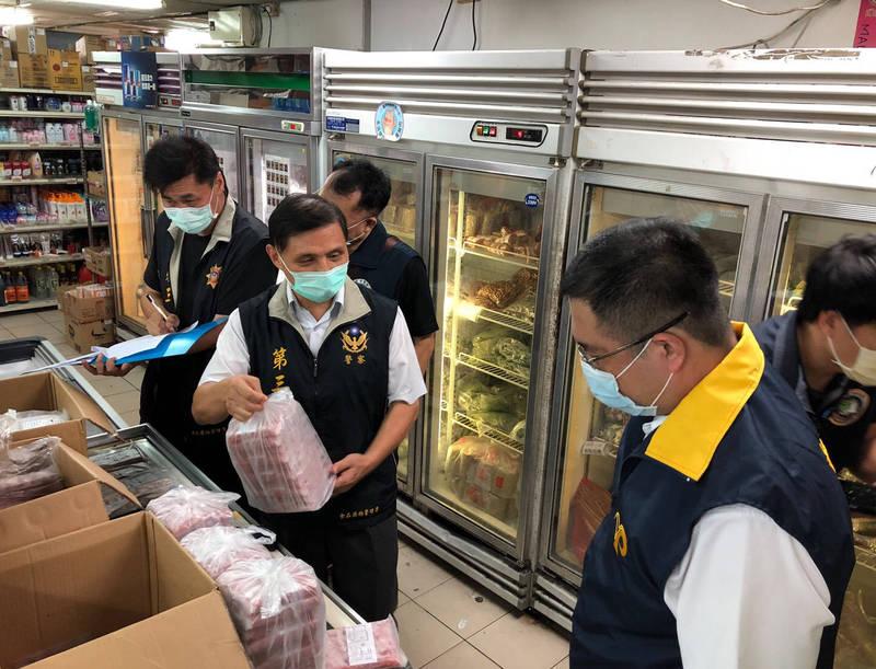 稽查人員當場查扣重27公斤多的香腸、酸肉產品。(保七提供)