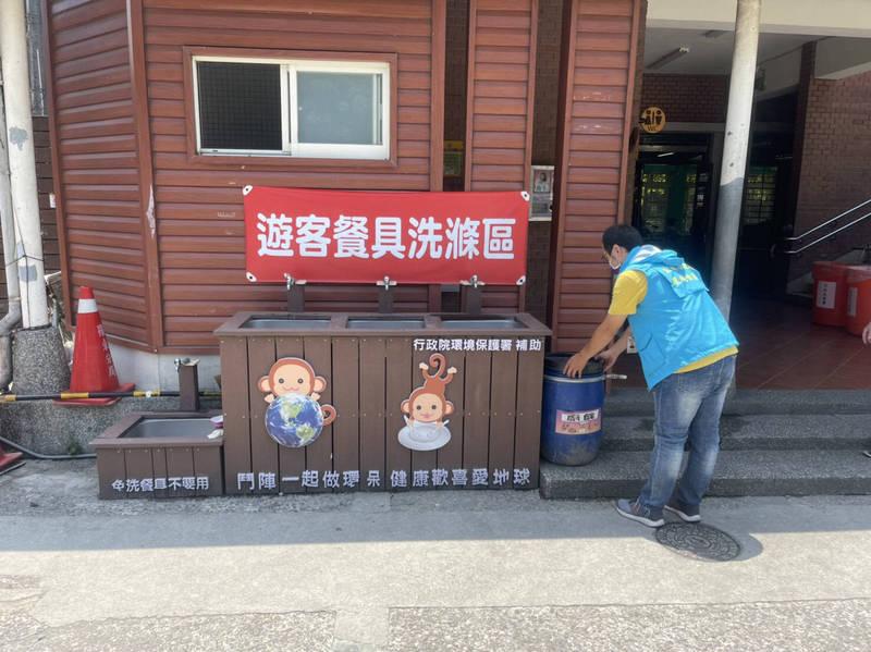 清潔隊員巡查發現路邊擺設廚餘桶並予以移除。(環保署提供)