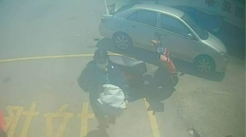 苗栗竹南警方查獲范姓越籍女從越南進口豬肉,她聲稱全部拿到垃圾車丟掉了。(記者蔡政珉翻攝)