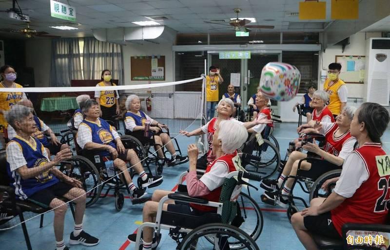 全台11家老人福利機構舉辦運動會,場面熱鬧。(記者張軒哲攝)