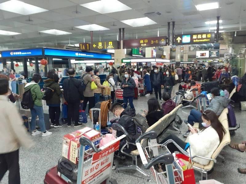 中秋節連續假期比照春節連續假期,訂位後機票會加註限制條件。(記者劉禹慶攝)