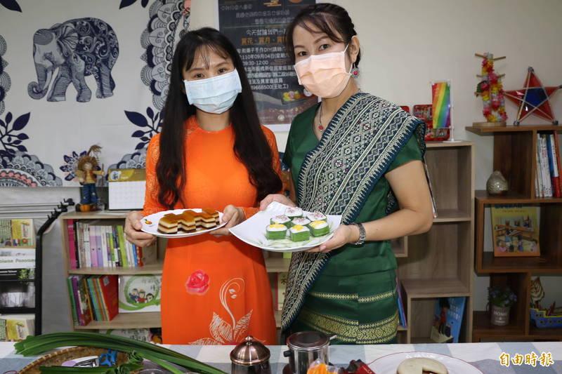 越南黎金剛(左)和泰國陳蘭倫「金蘭姐妹花」,在板橋新住民中心線上教製作咖啡凍和香蘭葉杯椰奶布丁等美味餐點。(記者何玉華攝)