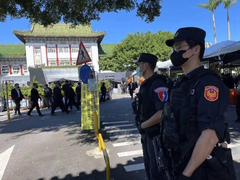 四海幫第四任幫主趙經華今日上午舉辦追思告別會,北市警特勤中隊荷槍實彈現場警戒。(本報記者攝)