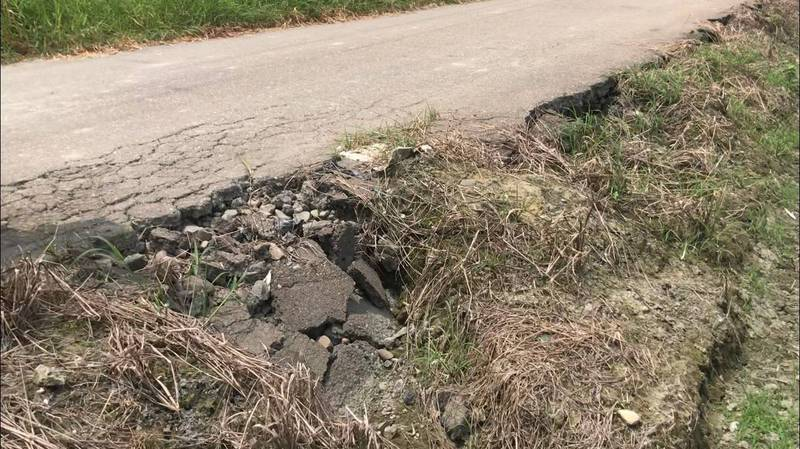 農路有路都變沒路了!農委會同意補助雲林1564萬元改善農路,要還給農民安全回家的路。(立委蘇治芬辦公室提供)