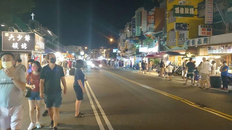 墾丁大街昨夜就已出現不少逛街人潮。(警方提供)