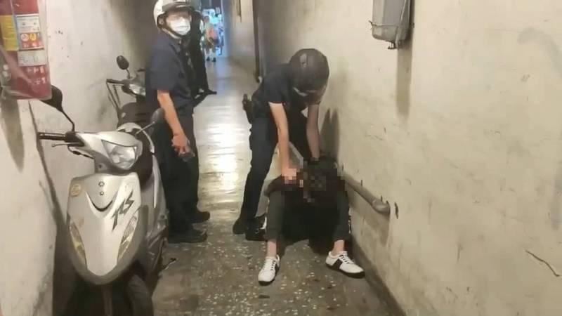 兩名正義男將施嫌制伏後交由警方處置。(記者徐聖倫翻攝)