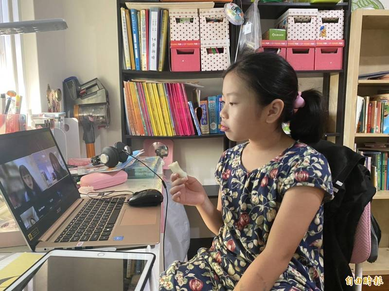 武漢肺炎本土疫情爆發,學生從5月中旬停課到9月1日開學,經歷史上「最長暑假」,孩子透過線上學習「停課不停學」,卻也讓家長擔憂子女沉溺3C造成作息不正常。(記者俞肇福攝)