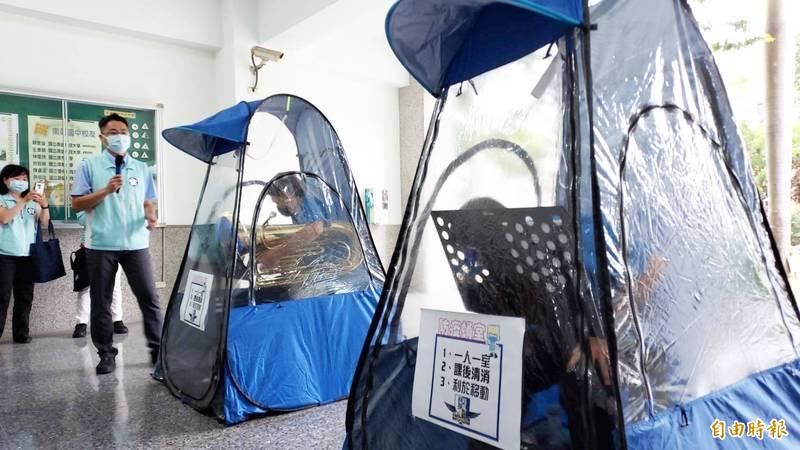 南興國中學生在「管樂蛹室」內練習吹奏樂器。(記者林宜樟攝)