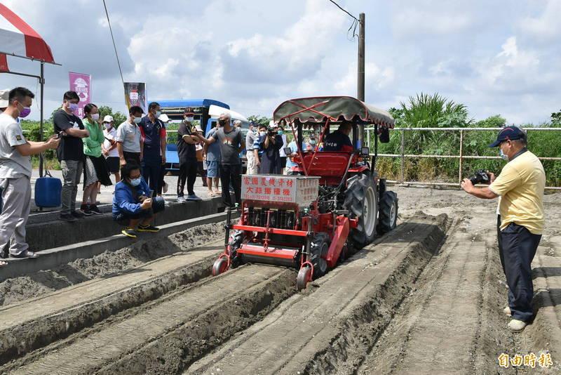 東勢鄉農會舉辦大蒜種植機田間示範觀摩會,因農村缺工嚴重,吸引許多農民到場觀摩,對機器種植效能感興趣。(記者黃淑莉攝)