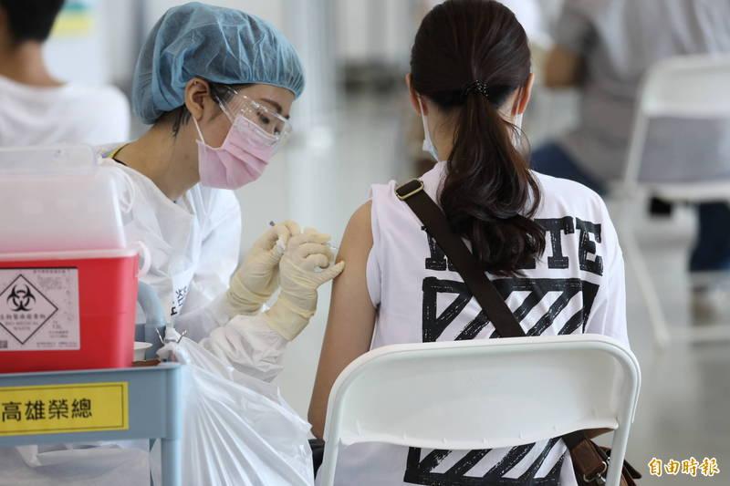 近日網傳「RNA病毒打疫苗終究無效」、「AZ疫苗因利用黑猩猩腺病毒,易致血栓」,查核中心指出訊息為「部份錯誤」。示意圖。(資料照,記者許麗娟攝)