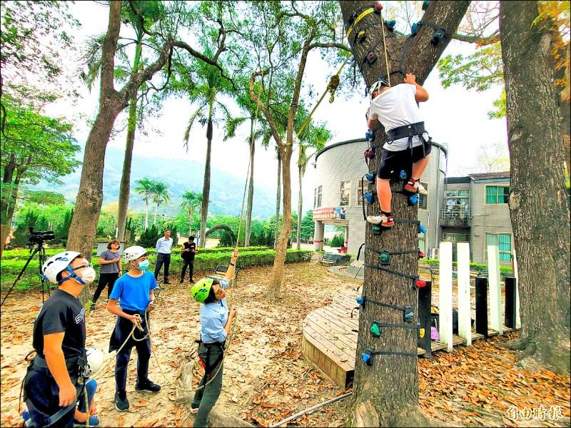 國姓鄉長福國小近幾年來積極發展攀樹等特色課程,讓學童探索自然,也培養面對與克服困難的能力。(記者佟振國攝)