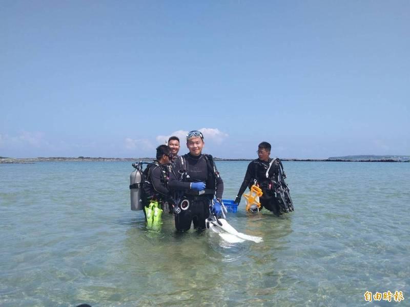 澎湖縣種苗繁殖場與澎科大學生,一同在虎目石滬種植珊瑚。(記者劉禹慶攝)