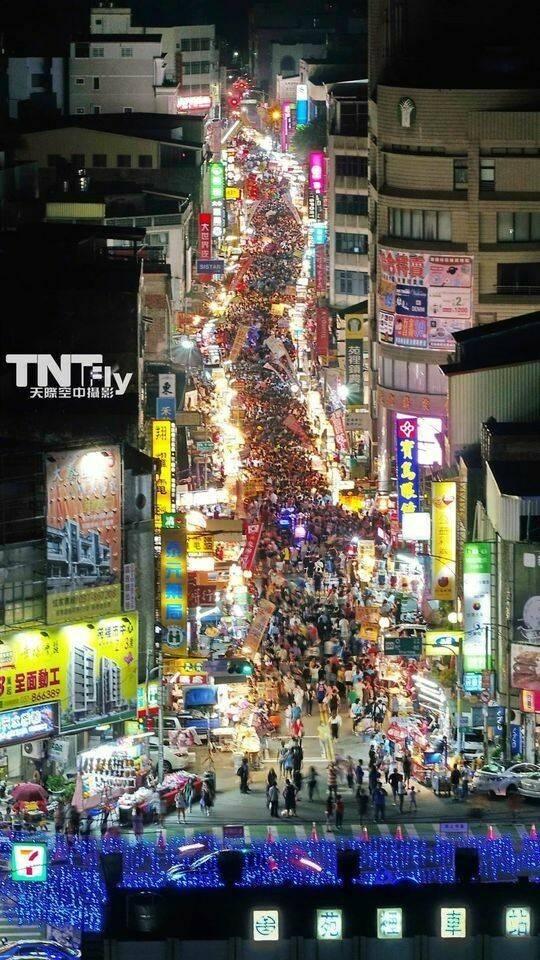 限定版夜市超壯觀。圖為去年空拍照片。( TNT Fly 天際空中攝影有限公司、苑裡掀海風提供)