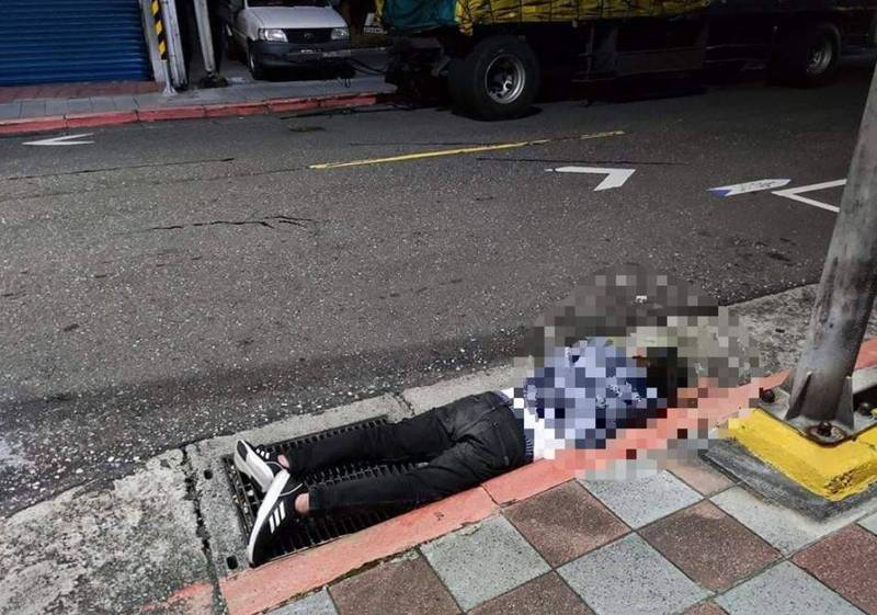 1名女網友分享醉漢倒在路邊被狗撒尿,文章曝光後讓網友全笑翻。(圖擷取自臉書社團「爆怨2公社」)