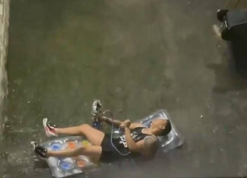 颶風艾妲(Ida)強襲美國東北,帶來致命性豪雨,紐約街道及地鐵大淹水,卻有男子「享受」這時光。(圖擷取自Twitter@barstoolsports)