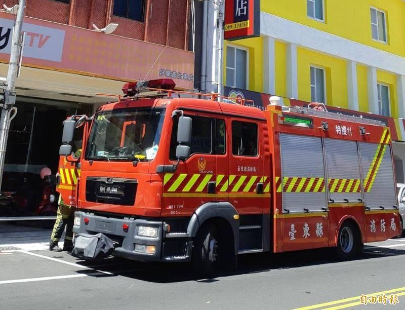 台東好樂迪KTV中午冒煙飄臭味,消防人員立刻趕到並拉水線,但確認是誤報。(記者黃明堂攝)