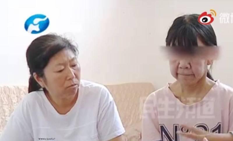 14歲少女的面容比身旁50歲的媽媽更衰老。(圖擷取自微博《小莉幫忙》)