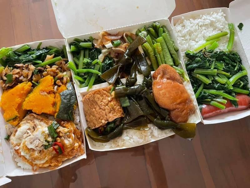有網友前往台南一家自助餐夾了3大盒的菜、肉,沒想到結帳時竟只要110元,如此便宜的價格也讓網友傻眼「只要110太扯了」、「老闆算錯?」(圖取自臉書「爆廢公社二館」)