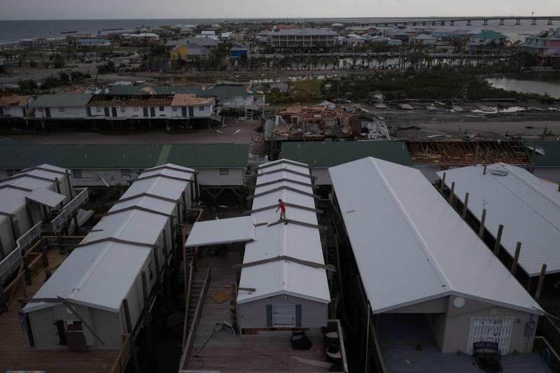 受艾妲颶風侵襲,路易斯安那州災情慘重,多處房屋屋頂被掀開。(路透)