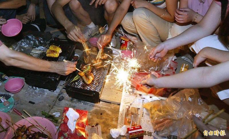 因應長榮機師突破性感染武漢肺炎事件,各縣市政府針對9月21日中秋節做出對策,部分地方政府已宣布停辦烤肉活動,並呼籲民眾慶祝節慶應繼續防疫。(資料照)