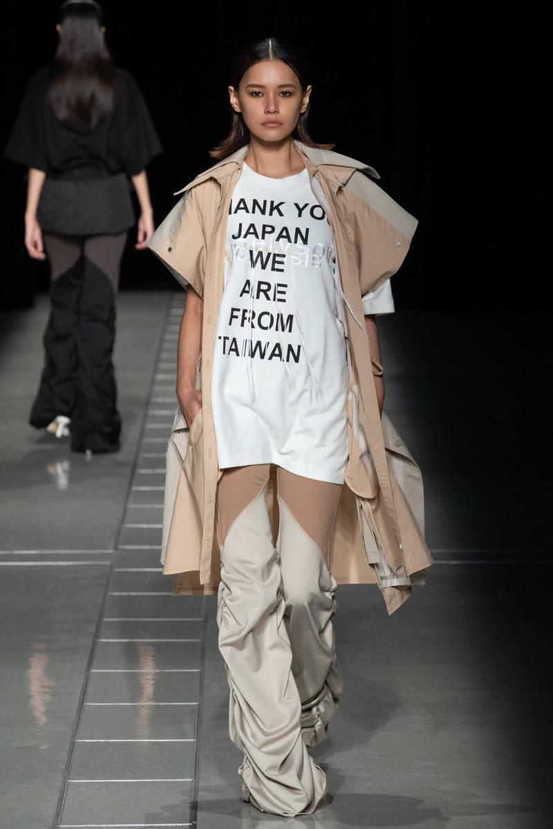台灣設計師申子芹在「東京時裝週」發表2022年春夏新裝,安排模特兒穿著印有「THANK YOU JAPAN 」字樣的T恤走上伸展台。(取自FASHIONSNAP)