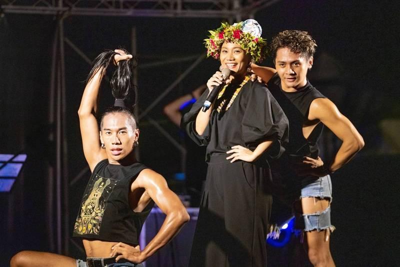 台東最美星空音樂會首場引爆,由阿爆打頭陣分享原住民音樂的美。(圖擷取自饒慶玲臉書)