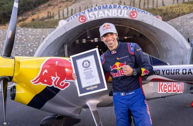 義大利知名特技飛行員哥斯達4日成功挑戰開飛機飛越2條隧道,締造金氏世界紀錄。(圖翻攝自紅牛官網)